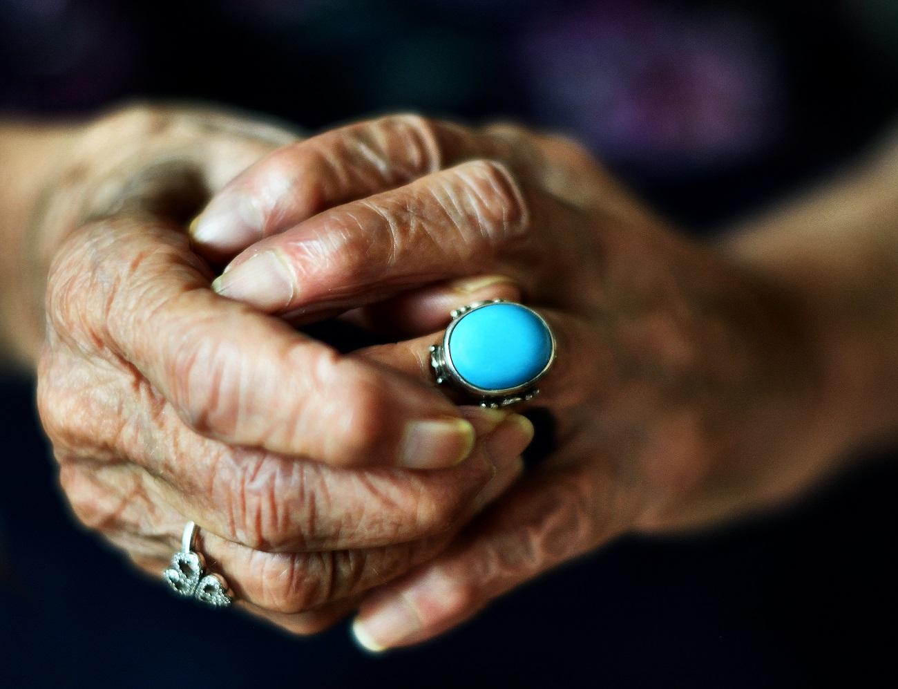 The lost ring, Mia suocera e i suoi pensieri, dopo aver trovato un anello che pensava aver perso anni fa. Questo non era solo un anello turchese per lei, penso che fosse molto di più, potevo leggerlo nei
