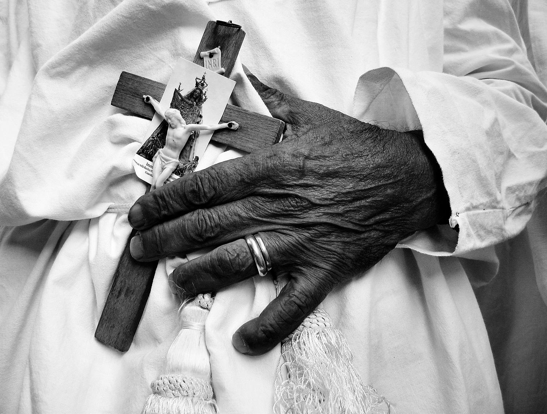 Riti settenali, A Guardia Sanframondi (BN) ogni sette anni si svolge la processione dei battenti, in onore dell'Assunta. Anime vestite di bianco si trafiggono il petto fino a farlo sanguinare. Il caldo,