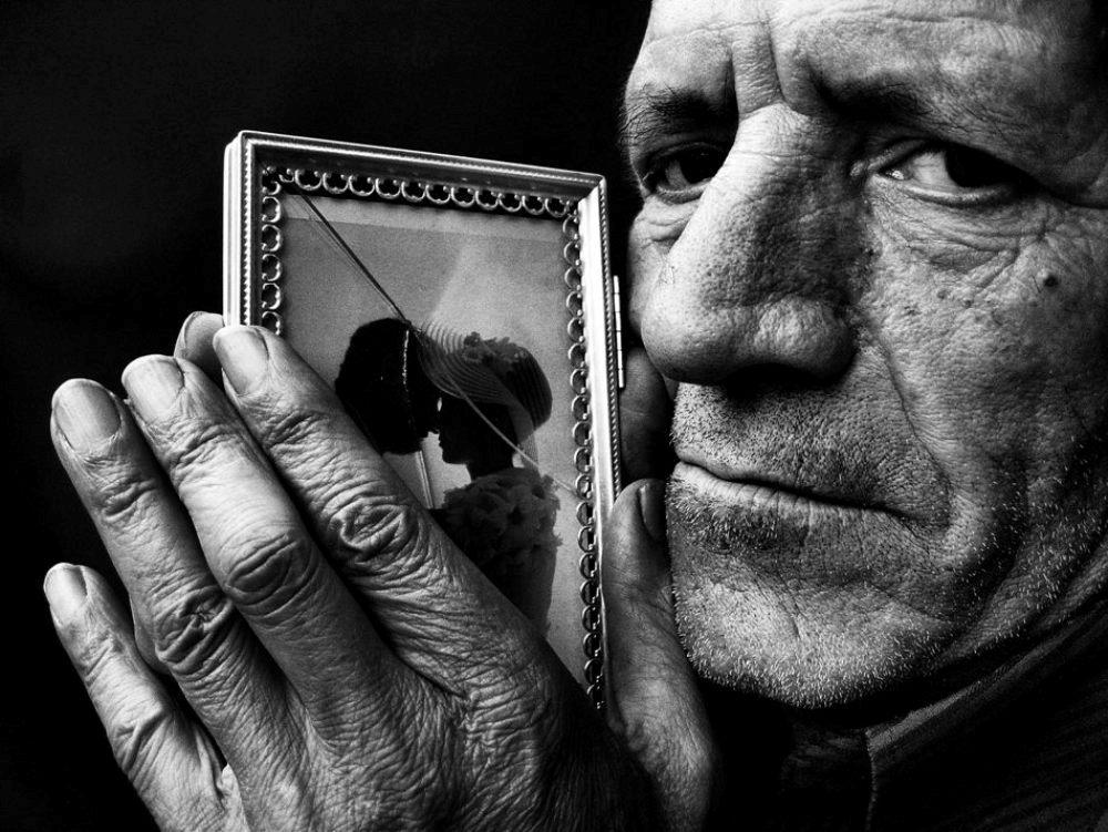 Memories, la memoria dell'uomo racchiusa in mani e fotografie.