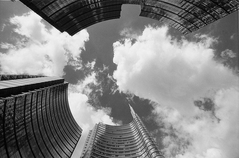 Una giornata ventosa in Piazza Gae Aulenti. Milano. Agosto 2015. © Silvio Maffi. - © Silvio Maffi - silviomaffi.it